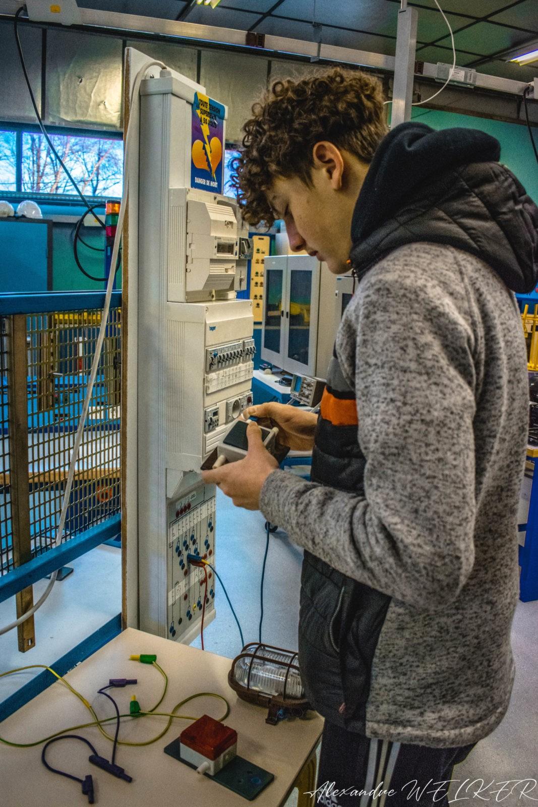 Un élève opère un montage électrique