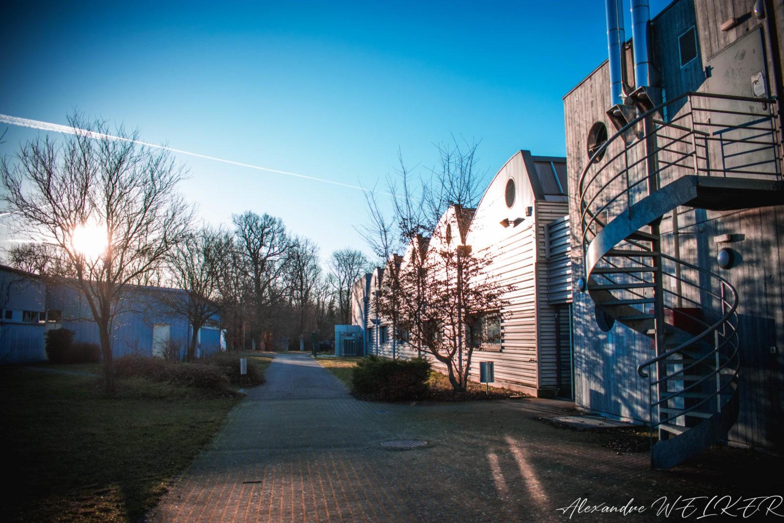 Lever de soleil sur le bâtiment de chaudronnerie